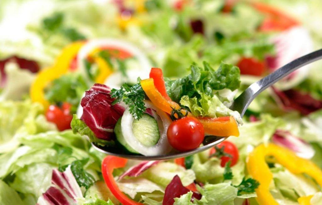 Μια μεγάλη σαλατιέρα είναι πιο χορταστική. Έτσι χορταίνουμε περισσότερο, τρώγοντας λιγότερο.
