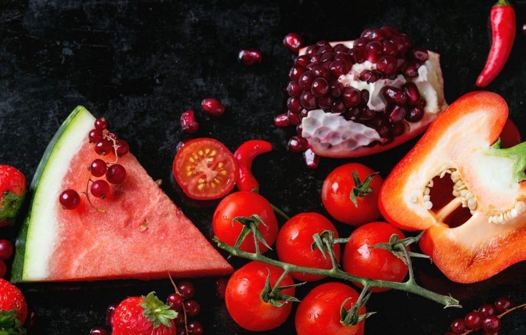 τα κόκκινα λαχανικά και φρούτα αποτελούν μέρος της μεθόδου του ουράνιου τόξου