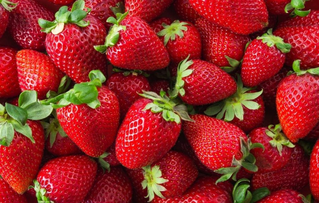 οι φράουλες αποτελούν καλή επιλογή για φαγητό τις βραδινές ώρες