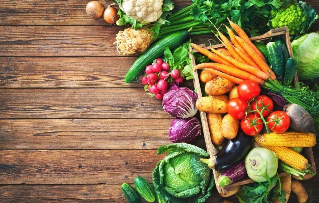 τα λαχανικά είναι η βάση για μια θρεπτική σαλάτα