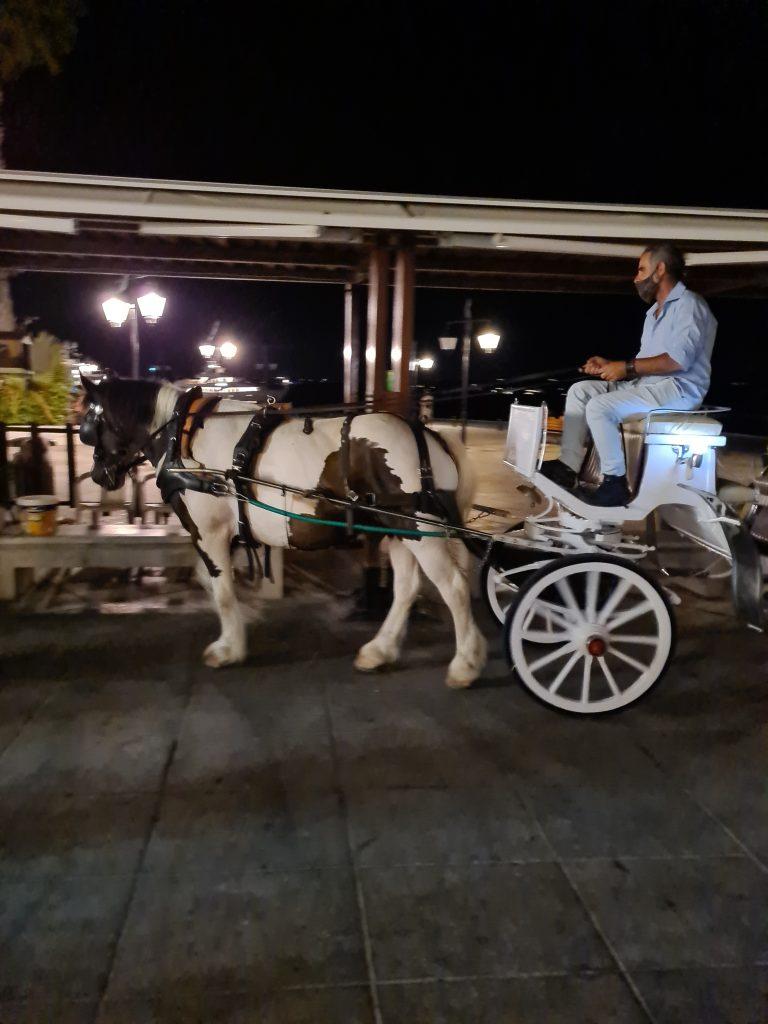 γιατί να πας Σπέτσες, γιατί θα κάνεις ρομαντικές βόλτες με την άμαξα