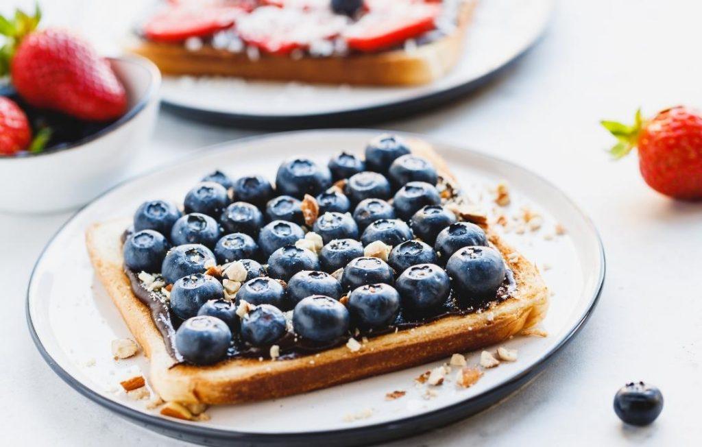 θρεπτικά καλοκαιρινα πρωινά και το open toast with berries ειναι βασικό